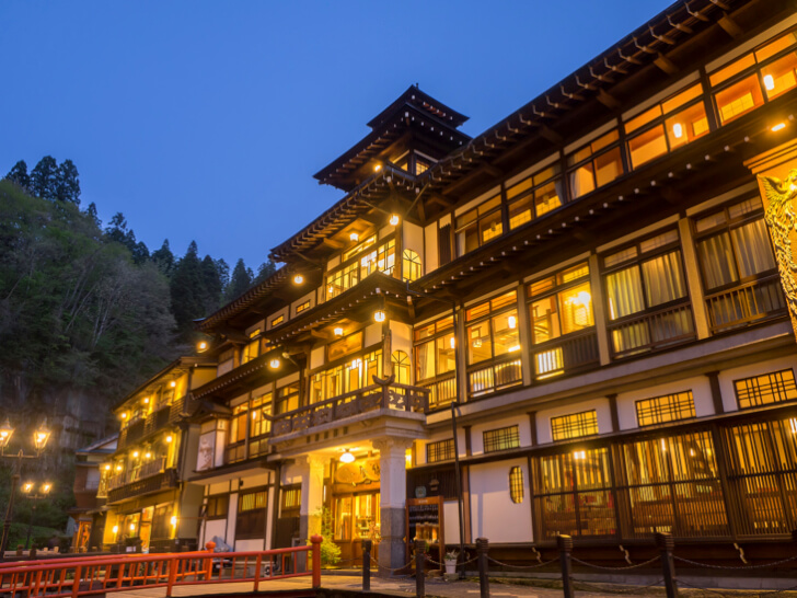 国の登録文化財に指定されている、大正10年に建築された風情ある建物が目を引く旅館。木の温もりを感じる雰囲気のある館内は、最上階の4階に談話室として使われている