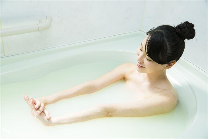 お風呂で伸びをする女性
