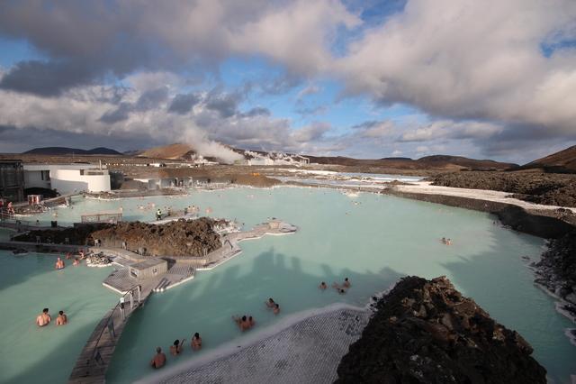 pixta 16009998 S - 【世界最大の露天風呂がある!】アイスランドの名湯