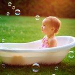 入浴する赤ちゃん