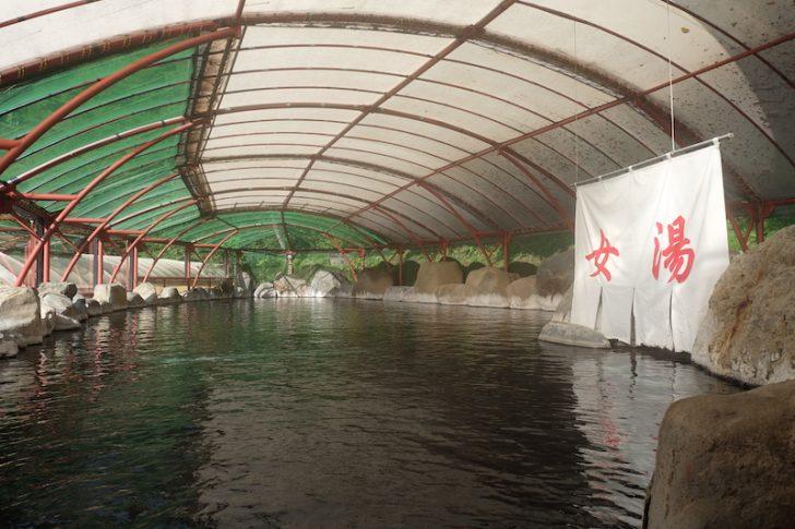 DSCF9949 728x485 - 【全長23Mの混浴】国内最大級の完全かけ流し!山形県「湯の瀬旅館」の超巨大露天風呂がすごい